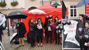 Czarny Wtorek w Dzierżoniowie. Od lewej przy namiocie stoją: Stanisława Karpińska, Monika Blukacz (trzyma parasol), Renata Wester (przemawia), Katarzyna Luzar i Katarzyna Sioch.