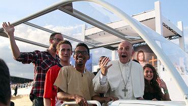W sobotę w Brzegach na spotkanie z papieżem przyszło 1,6 mln osób. Kilka z nich zabrał do papamobilu