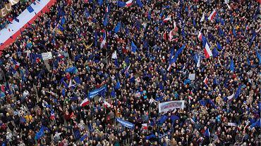 Warszawiacy zgromadzeni na Placu Zamkowym podczas Marszu 'Kocham Cię Europo'