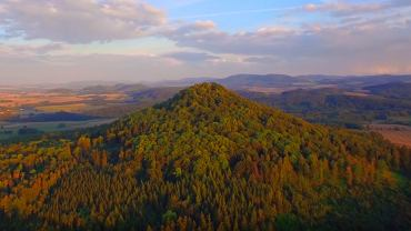 Ze szczytu Ostrzycy rozpościera się genialny widok na okolicę