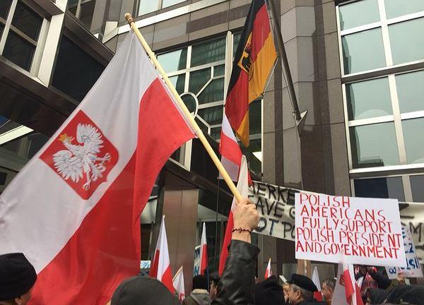 Protesty Polonii przed ambasadą Niemiec w Nowym Jorku
