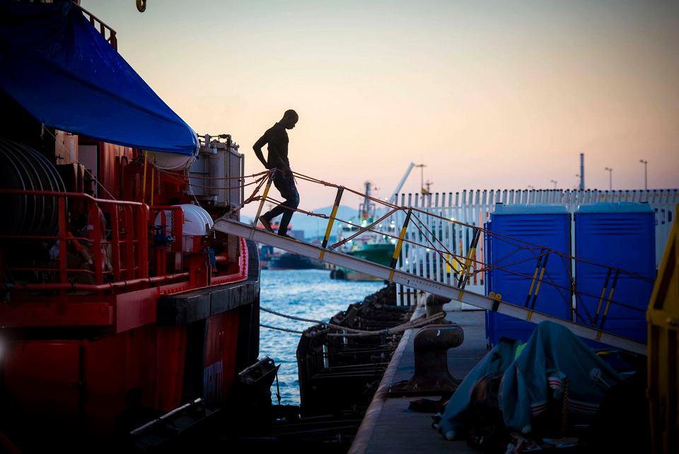 Uratowany przez Hiszpanów imigrant schodzi ze statku do portu w Algeciras, 25 lipca 2018 r.