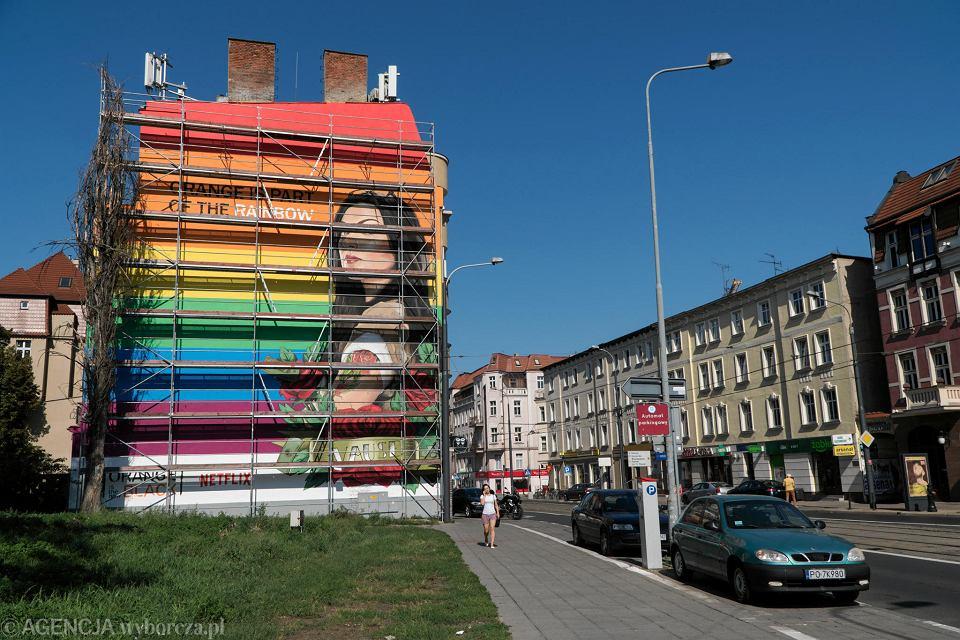 Tęczowy mural reklamujący serial 'Orange is the new black' wyprodukowany przez firmę Netflix