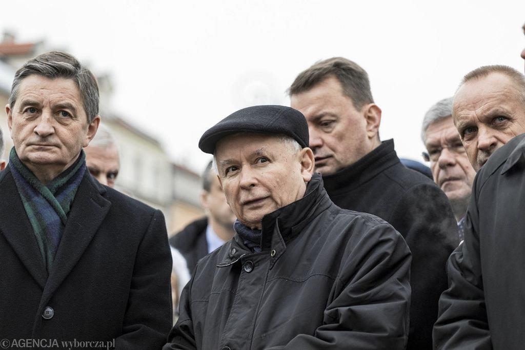 Jarosław Kaczyński, z lewej Marek Kuchciński, z tyłu Mariusz Błaszczak (fot. Dawid Żuchowicz/AG)