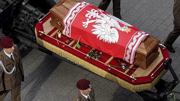 """Trumny z ciałami Lecha i Marii Kaczyńskich, owinięte w biało-czerwone flagi, żołnierze wynieśli po skończonym nabożeństwie przed bazylikę Mariacką. Spoczęły na armatnich lawetach. Przed kościołem czekał kilkudziesięciotysięczny tłum żałobników. Rozległy się oklaski. Kiedy kondukt ruszył Drogą Królewską pod Wawel, ludzie skandowali: """"Lech Kaczyński - dziękujemy"""" i """"Żegnamy"""". Potem było już cicho."""