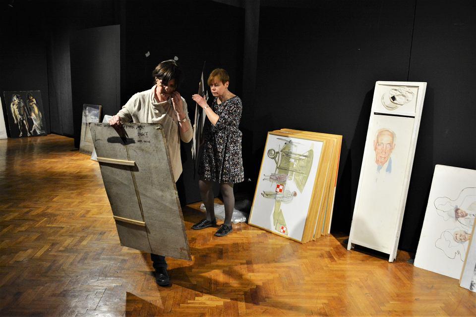 Prace nad aranżacją wystawy 'Retrospektywa'