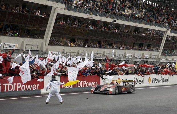 Audi R10 TDI przekracza linię mety w Le Mans w 2008 roku