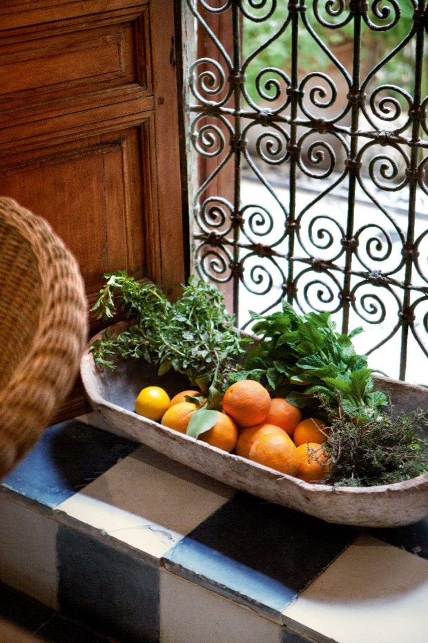 Kuchnia pachnie świeżymi ziołami i cytrusami. Za oknem piękna, tradycyjna krata okienna.