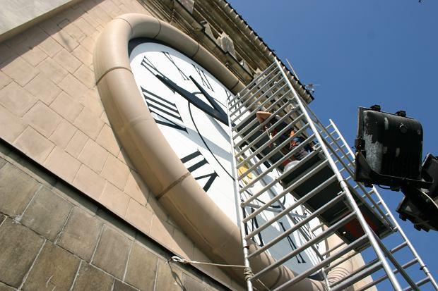 Konserwacja zegara na Pałacu Kultury