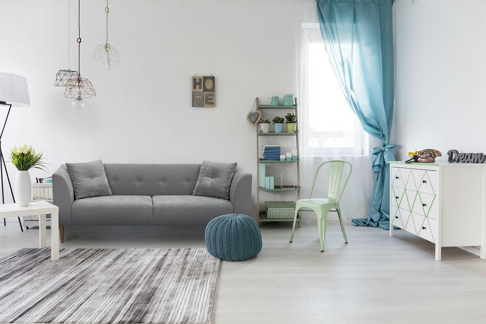 Sofa - wygodna i praktyczna, z podłokietnikami i poduszkami