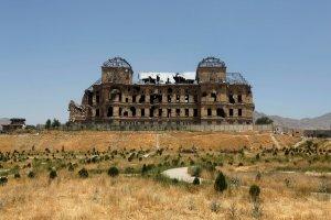 Wyrasta nagle z piaszczystej drogi - pałac w Kabulu piękny jak fatamorgana. To kiedyś. Dziś - żal patrzeć, co z niego zostało