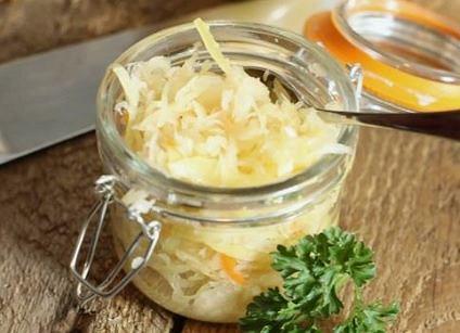 Kapusta kiszona ma bardzo dobry wpływ na układ pokarmowy. / Pinterest