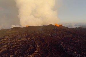 Sfilmowali erupcj� islandzkiego wulkanu za pomoc� drona. Wideo zapiera dech w piersiach