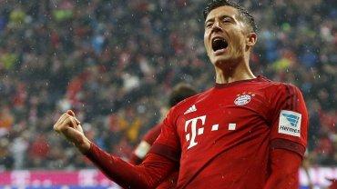 Bayern bez gola i jeszcze ko�czy� mecz w dziesi�tk�. Lewandowski zmarnowa� najlepsz� okazj�