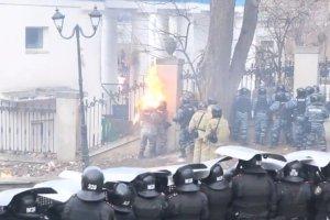 Ukrai�scy milicjanci zaatakowani koktajlami Mo�otowa [WIDEO]