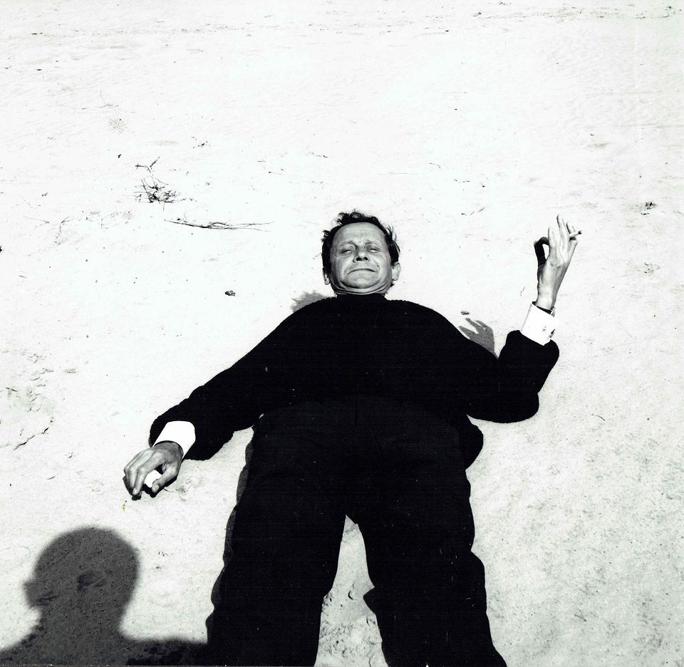Alfons Mazurkiewicz portret z nieodłącznym papierosem w ręku