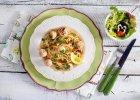 Makaron z pulpecikami z łososia w zielonym sosie