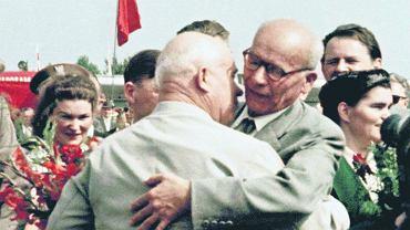 Władysław Gomułka (z prawej) wita Nikitę Chruszczowa. 15 lipca 1959 r. radziecki przywódca przyjechał na obchody 15-lecia Polski Ludowej