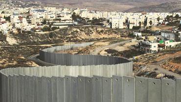Mur między żydowskim osiedlem Pisgat Ze'ev i obozem dla uchodźców w Shuafat, w którym mieszka kilkadziesiąt tysięcy Palestyńczyków, 2011 r.
