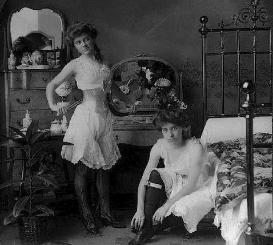 Prostytutki w domu publicznym na zdjęciu z przełomu XIX i XX w.