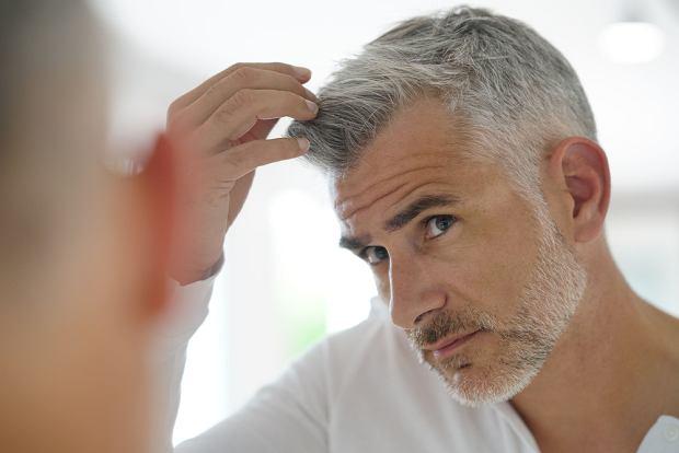 Jeśli ponad 50 procent włosów osiwiało, warto zastanowić się nad tym, czy decydujemy się na trwałą koloryzację