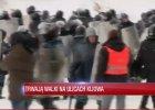 Reporter TV Republika przedziera si� przez t�um i goni berkutowc�w. Dziennikarz BBC News: Odwaga czy g�upota?