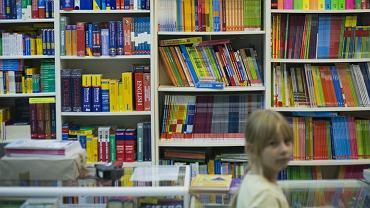 Księgarnia przed rozpoczęciem roku szkolnego - całe półki podręczników