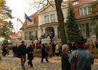 """TVP Info: Śledztwo ws. próby podpalenia ambasady RP w Berlinie. """"Sprawca w kurtce z kapturem przerzucił przez bramę pojemnik"""""""