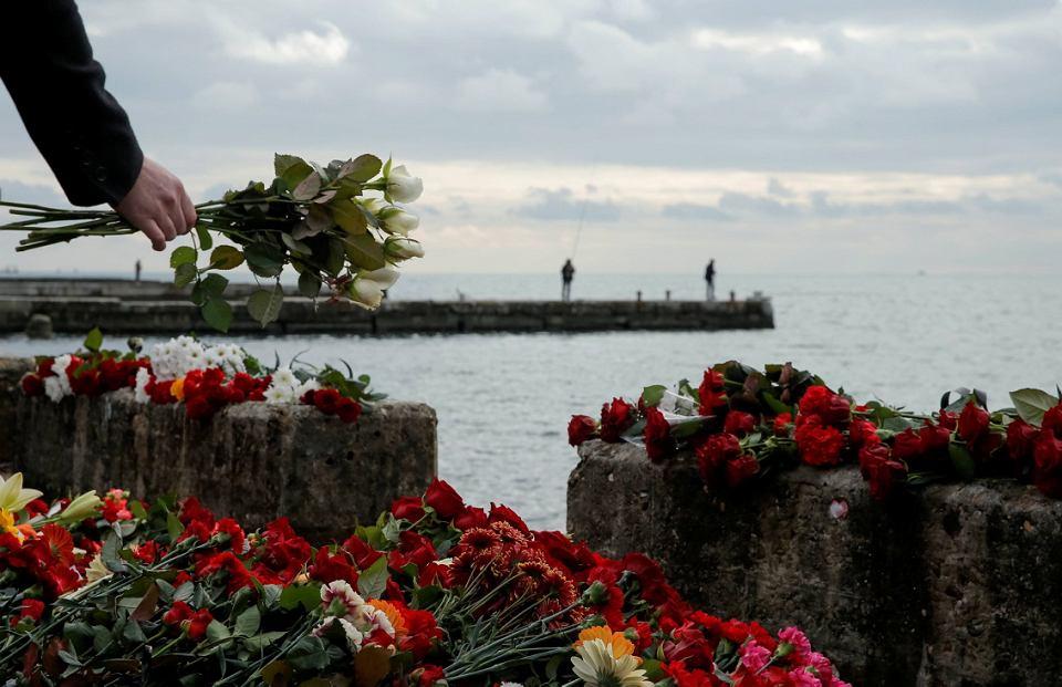Kwiaty - złożone ku czci ofiar katastrofy rosyjskiego Tu-154 - na nabrzeżu w Soczi