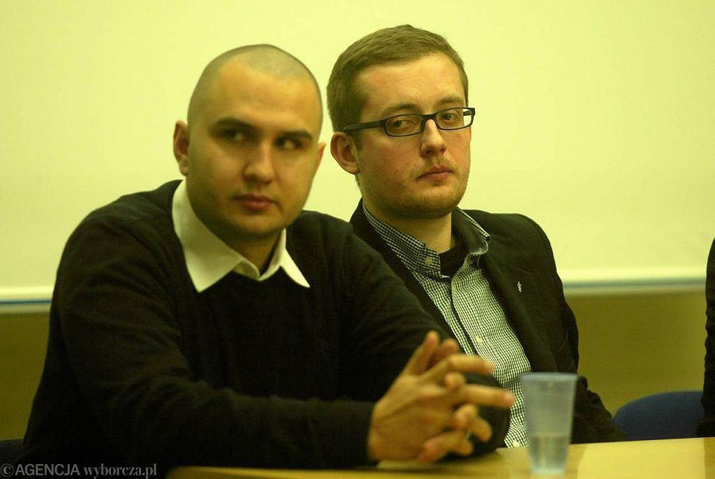 Spotkanie narodowców w Wyższej Szkole Komunikacji Społecznej w Gdyni. Na zdjęciu od lewej: Przemysław Holocher, kierownik główny Obozu Narodowo-Radykalnego, Robert Winnicki, prezes Młodzieży Wszechpolskiej.