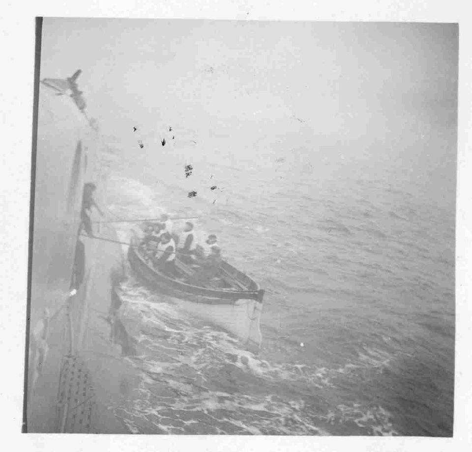 bi.gazeta.pl/im/c7/51/14/z21306055V,Orzel-przyjmuje-szalupe-z-zatrzymanego-statku.jpg