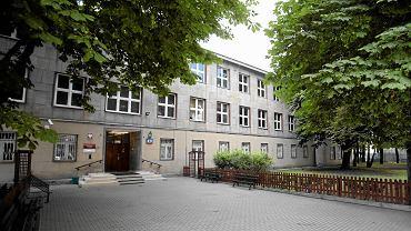Szkoły w Warszawie. Siedziba Gimnazjum nr 42 przy ul. Twardej