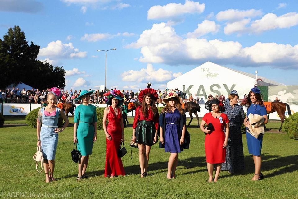 ea8c3b0d2 Gala Derby na Torze 'Służewiec': piękne kapelusze i konie [ZDJĘCIA]