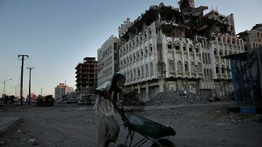 Luty 2018, miasto Aden w Jemenie. Walki kosztowały już życie 10 tys. Jemeńczyków, dziesiątki tysięcy kolejnych zmarły z wywołanych wojną chorób i głodu. W kraju panuje niedożywienie i szaleje cholera.