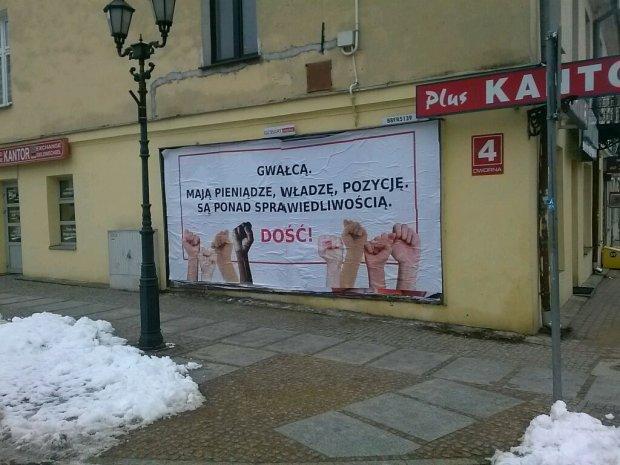 """Wstrz�saj�cy baner na ulicach �om�y: """"Gwa�c�. Do��!"""""""
