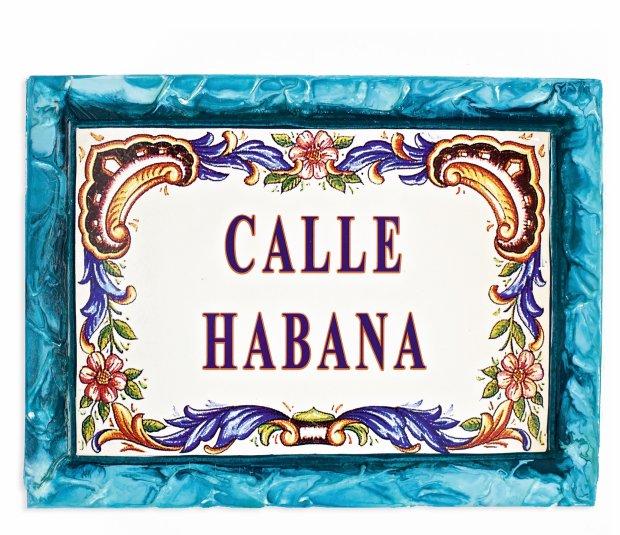 Tablic� z nazw� hawa�skiej ulicy przywiezion� z Kuby gospodarze zawiesili w przedsionku domu.