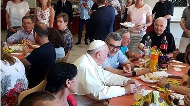 Kard. Konrad Krajewski i papież Franciszek na kolacji dla ubogich i bezdomnych