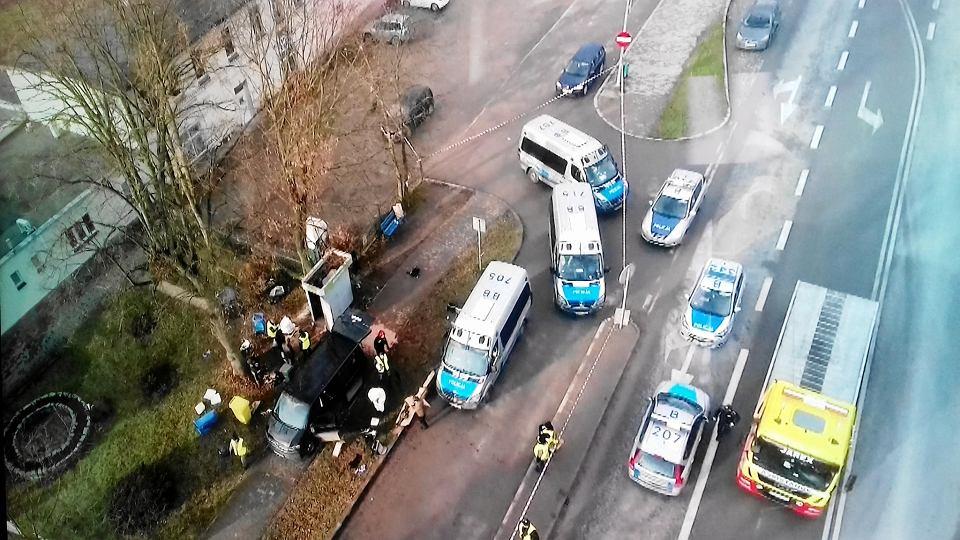 Zdjęcie zrobione tuż po strzelaninie. Po lewej czarny bus, którym pod białą budkę z bankomatem podjechali antyterroryści.