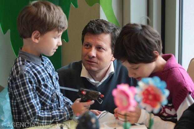 Rzecznik Praw Dziecka Marek Michalak podczas 5 lecia istnienia Europejskiego Centrum Bajki . Warsztaty dla dzieci .Fot. Pawel Małecki / Agencja Gazeta