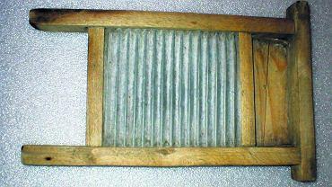 Tarka do prania ręcznego. Takimi urządzeniami powszechnie posługiwano się w gospodarstwach domowych w Europie od końca XVIII aż do połowy XX w.