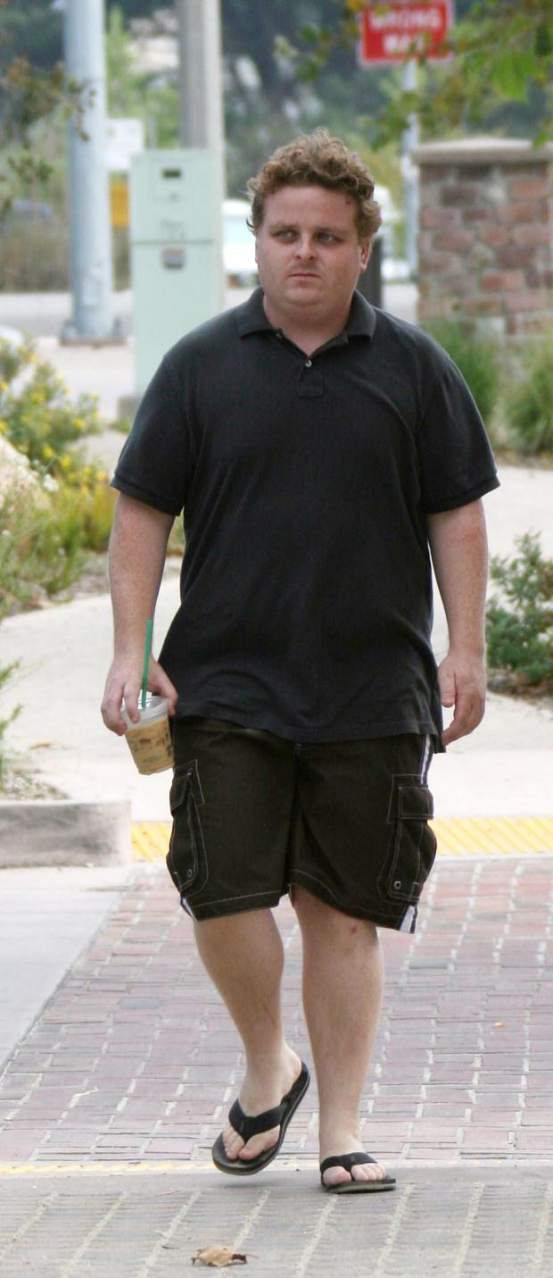 "NEILL J. SCHUTZER/?2009 RAMEY PHOTO 310-828-3445 August 22, 2009, Malibu, California Patrick Renna (from ""The Sandlot"") takes a walk in Malibu with his girlfriend. NJSZO09"