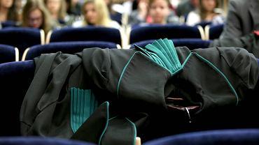 Po raz 44 studenci prawa i administracji uczestniczyli w Środowiskowym Konkursie Krasomówczym. Lubelscy żacy organizują go nieprzerwanie od 1973 roku. Obecnie jest to jedna z najstarszych imprez tego typu w całej Polsce. Idea zabawy jest prosta. Jej uczestnicy ubierając się w togi wcielają się w jedną ze stron procesu toczącego się przed sądem pierwszej instancji. - To bardzo ważny element każdego procesu, który stanowi ostatni dzwonek, aby przekonać do siebie skład sędziowski - mówi prof. Ireneusz Nowikowski z Instytutu Prawa Karnego UMCS oraz przewodniczący jury, oceniającego uczestników konkursu. W wydarzeniu mógł wziąć każdy student Wydziału Prawa i Administracji UMCS. W tym roku wzięło w nim udział ośmiu żaków, którzy mowy końcowe wygłosili w czterech sprawach na podstawie kazusów zakresu prawa karnego, cywilnego i administracyjnego. Studenci otrzymali je pięć dni przed swoim wystąpieniem. - Bardzo się stresowałem, ale myślę, że przygotowałem się dość dobrze - mówił Arkadiusz Bartnicki, student IV roku prawa UMCS, jeden z uczestników konkursu.  Każde wystąpienie oceniało jury złożone z  przedstawiciele lubelskich instytucji wymiaru sprawiedliwości, samorządów prawniczych oraz pracownicy naukowi Wydziału Prawa i Administracji UMCS. Oceniane były m.in. argumentacja, logika uzasadnienia, retoryka, kultura języka oraz ogólne wrażenie. Zdaniem organizatorów udział w wydarzeniu pozwala studentom rozwinąć przydatne umiejętności publicznego przemawiania i autoprezentacji. Na koniec wyniki: 1. miejsce Kamil Durnaś - IV rok prawa, 2. miejsce Izabela Kalisz - IV rok prawa, 3. miejsce Mateusz Cieliński - IV rok prawa