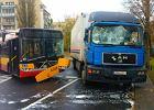 Zderzenie autobusu miejskiego z ci�ar�wk�. S� ranni