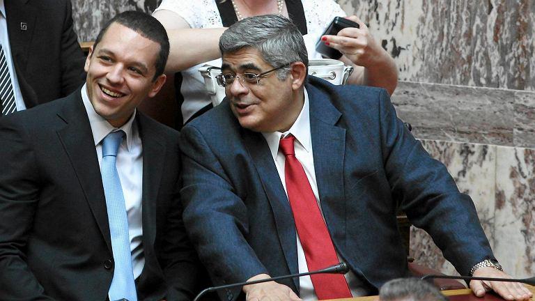 Szef partii Nikos Michaloliakos (z prawej) i jej rzecznik Ilias Kassidiaris