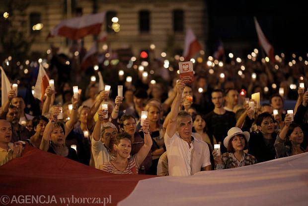 Zdjęcie numer 0 w galerii - Więcej światła! Tysiące łodzian na niedzielnym proteście pod Sądem Okręgowym [ZDJĘCIA]
