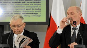 Prezes PiS Jarosław Kaczyński i przewodniczący Antoni Macierewicz podczas uroczystego posiedzenia zespołu parlamentarnego do zbadania przyczyn katastrofy samolotu TU - 154 M pod Smoleńskiem. Obchody trzeciej rocznicy katastrofy. Warszawa, Sejm, 10 kwietnia 2013