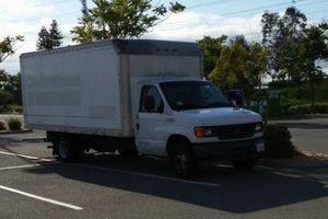 Oszczędzanie wersja hard. Mieszka w ciężarówce na parkingu przed pracą... bez wody i prądu
