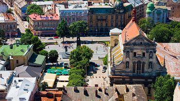 Lwów, Ukraina. Lwów to jedno z tych miejsc, gdzie czas się zatrzymał - widać to w kamieniczkach, kościołach, na zabytkowych cmentarzach. Od wieków pisarze i artyści w swoich książkach, wierszach czy obrazach starają się opisać, bądź zilustrować wąskie uliczki Lwowa, kolorowe kamienice i maleńkie kawiarenki wciśnięte w zaułki. Poza najważniejszymi zabytkami warto zajrzeć na podwórka, wstąpić do galerii i kawiarni Lwowa.