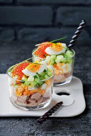 Sałatka z wędzoną rybą, jajkami i ogórkiem