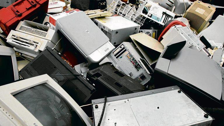 Elektrośmieci - zamiast oddawać je w odpwoiednie miejsca, często sprzedajemy na złom lub wystawiamy pod blokowy śmietnik bez odpowiedniej opłaty
